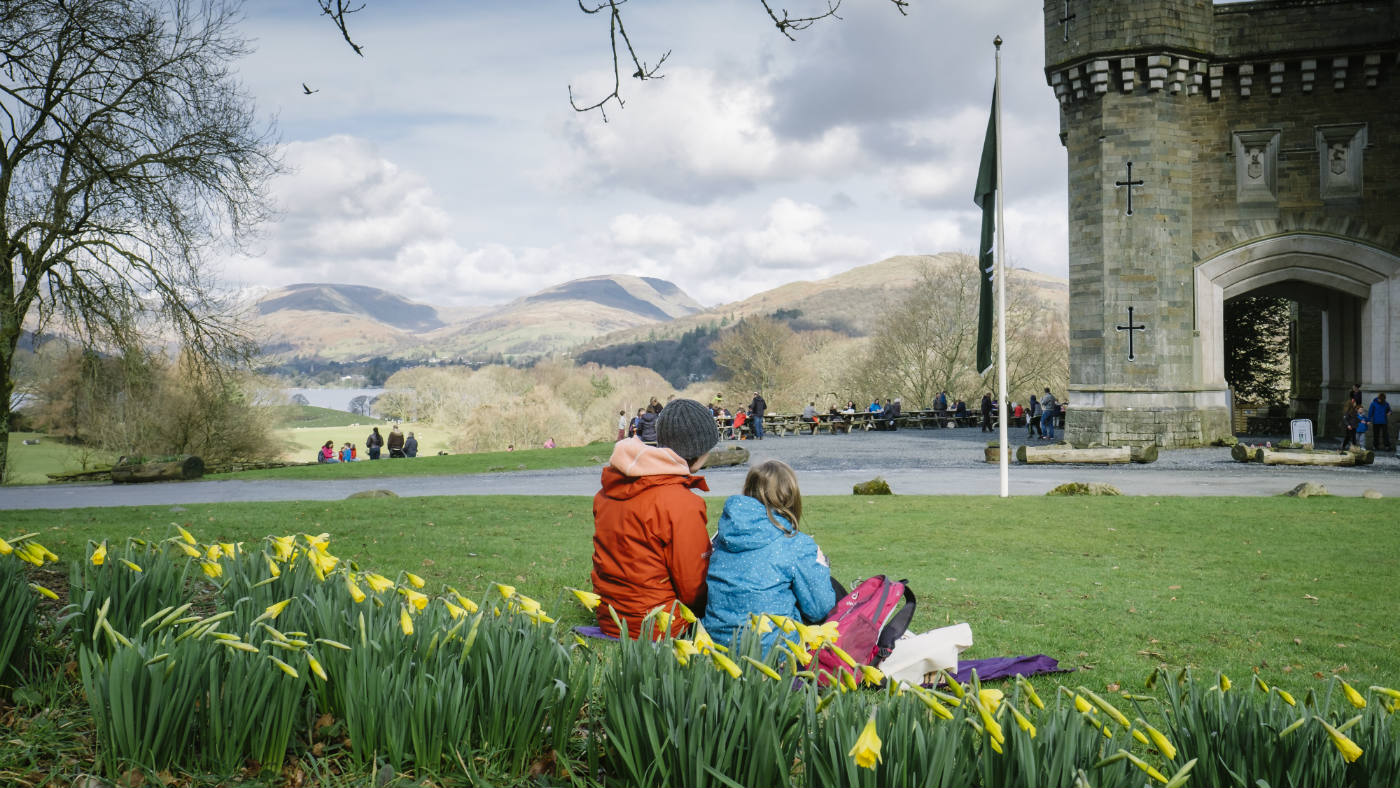 Mother and daughter eating lunch next to daffodils at Wray Castle